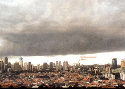 日顕法主が滞在するホテル(丸印)の上空に、不気味な黒雲が出現