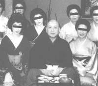 東京・赤坂の高級料亭で芸者衆に囲まれ、御満悦の日顕法主(昭和61年11月22日)